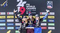 Zlatá Eva Samková (uprostřed), vlevo stříbrná Charlotte Bankesová z Británie, po levici české vítězky stojí bronzová Italka Michela Moioliová.