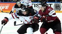 Nová posila Zlína Roberts Bukarts (vpravo) v dresu Lotyška stíhá během letošního MS v Praze hvězdu Kanady Sidneyho Crosbyho.