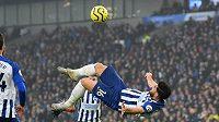 Íránský útočník Brightonu Alírezá Džahánbachš trefuje gól v utkání 21. kola Premier League proti Chelsea