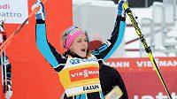 Norka Therese Johaugová se raduje z vítězství ve švédském Falunu.