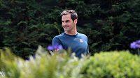 Vysmátý Roger Federer ve wimbledonském areálu.