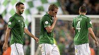 Tohle je konec nadějí tuší irští reprezentanti (zleva) Marc Wilson, Richard Dunne a John O'Shea po domácí porážce se Švédy.