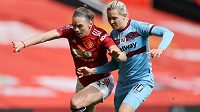 Kateřina Svitková (vpravo) v dresu West Hamu v souboji s Kirsty Hansonovou z Manchesteru United.