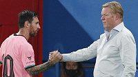 Velký smír? Lionel Messi si podává ruku s koučem Ronaldem Koemanem.