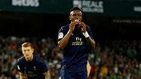 Fotbalista Realu Madrid Vinicius Junior a jeho vyděšený pohled.