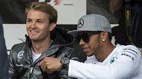 Piloti Mercedesu při autogramiádě v Montrealu - zleva Nico Rosberg a Lewis Hamilton.
