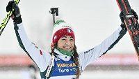 Italka Dorothea Wiererová se raduje z triumfu v hromadném závodě na MS v Östersundu.