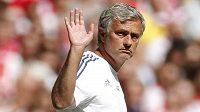 José Mourinho mává fanouškům Chelsea, na Stamford Bridge by měl zůstat další čtyři roky.