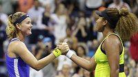 Česká tenistka Marie Bouzková (vlevo) gratuluje vítězce 1. kola US Open Naomi Ósakaové z Japonska.