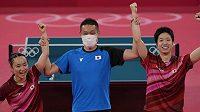 Japonští stolní tenisté Džun Mizutani a Mima Itóová