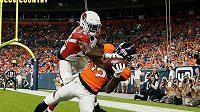 Receiver Denveru Broncos Fred Brown chytá přihrávku a skóruje touchdown proti bránícímu cornerbackovi Arizony Cardinals Brandonu Williamsovi během přípravného zápasu na novou sezonu.