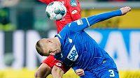 Pavel Kadeřábek v dresu Hoffenheimu svádí souboj o balón během 12. kola bundesligy proti Mohuči