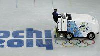 Rolbař upravuje led na stadiónu Iceberg, na němž budou v Soči bojovat o medaile krasobruslaři a rychlobruslaři na krátké dráze.