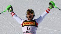 Rakouský lyžař Marcel Hirscher slaví, právě vyhrál na mistrovství světa slalom.
