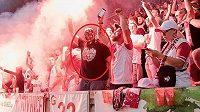 Pražská policiena svém webu zveřejnila fotografii dalšího muže, který podle vyšetřovatelů zapálil světlici na fotbalovém utkání v pražském Edenu