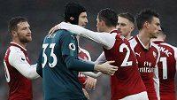 Brankář Petr Čech oslavuje se spoluhráči z Arsenalu výhru nad Tottenhamem.