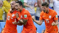 Nizozemská radost (zleva) střelec vyrovnávacího gólu Wesley Sneijder, Memphis Depay a Klaas-Jan Huntelaar.