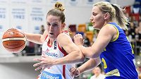 Česká basketbalistka Romana Hejdová a Gabriela Irimiaová z Rumunska.
