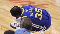 Hvězdný basketbalista Kevin Durant z Golden State se podrobil operaci Achillovy šlachy na pravé noze, kterou si přetrhl v pondělním pátém finálovém duelu NBA v Torontu.