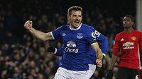 Leighton Baines z Evertonu se raduje z vyrovnávací branky proti Manchesteru United.