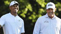Golfisté Tiger Woods (vlevo) a Phil Mickelson.