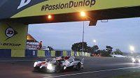 Dvojnásobný mistr světa formule 1 Fernando Alonso a tým Toyota Gazoo obhájili vítězství v legendárním automobilovém závodě 24 hodin Le Mans