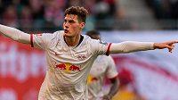 Patrik Schick se raduje z gólu, který v bundeslize vstřelil Leverkusenu.