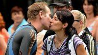 Lukáš Bauer dostává od manželky polibek pro štěstí na startu závodu Xterra Easy v terénním triatlonu v Prachaticích. Český reprezentant v běhu na lyžích v tomto závodě zvítězil.