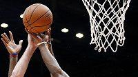 Basketbalista Milána Oliver Lafayette (uprostřed) v přípravném zápase proti Bostonu Celtics.