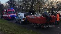 Hasiči a policejní potápěči pátrají po posádce ultralight, který v sobotu spadl do Labe v Křešicích u Litoměřic.