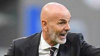 Stefano Pioli koučuje AC Milán vyfiknutý podle italské módy...