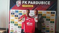Předseda Sboru jednatelů ČPP Servis David Krňávek a kapitán fotbalistů Pardubic Jan Jeřábek (vlevo) s novým dresem pro novou sezonu.