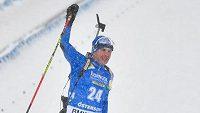 Ital Dominik Windisch slaví, právě totiž na MS biatlonistů vyhrál závod s hromadným startem.