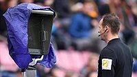 Rozhodčí Pavel Královec studuje video před nařízením penalty pro Spartu.