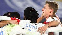 Slávisté se radují po gólu Abdallaha Simy.