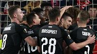 Slávisté oslavují Králův gól v Seville.