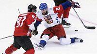 Bek Michal Kempný nezastavil přihrávku kanadského útočníka Sidneyho Crosbyho (87) na Brada Marchanda.