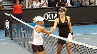 Jen chladný stisk ruky, odvrácená tvář od švýcarské vítězky zápasu Belindy Bencicové. Tak se rozloučila Julia Putincevová (vlevo) s dvouhrou na Australian Open.