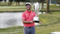 Španělský golfista Jon Rahm s trofejí