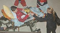Zraněný Václav Pilař na nosítkách na letišti ve Lvově