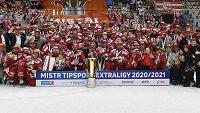 Tým Třince se fotografuje s Masarykovým pohárem pro vítěze extraligy.