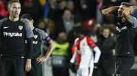 Zklamaní fotbalisté Sevilly po porážce se Slavií
