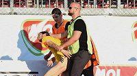 Pořadatelé odvádějí polonahého fanouška, který během finále Opava - Zlín vběhl na hrací plochu v posledních minutách zápasu.