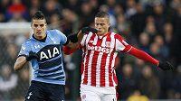 Erik Lamela (vlevo) z Tottenhamu a Ibrahim Afellay ze Stoke City.