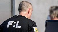 Rozhodčí Miroslav Zelinka sleduje VAR během utkání Pardubice - Sparta.