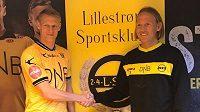 Vítej v Lilleströmu! Michal Škoda (vlevo) po podpisu smlouvy. Ruku mu podává Torgeir Bjarmann, sportovní ředitel klubu.