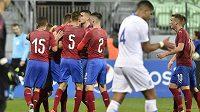 Čeští hráči se radují z vyrovnávací Hložkovy branky.