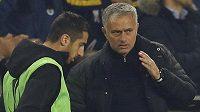José Mourinho zatím bere Henrika Mchitarjana jako náhradníka.
