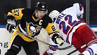 Sidney Crosby (vlevo) v souboji s Danem Boylem.