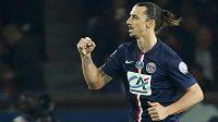 Útočník Paris St. Germain Zlatan Ibrahimovic se raduje z gólu proti St. Étienne v semifinále Francouzského poháru.